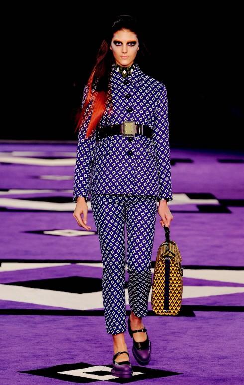 1. Prada<br/>Màu tím hiếm khi xuất hiện trong thời trang, nhưng với Thu-Đông 2012, đó là tông màu của trang phục, trang sức, phụ kiện và thậm chí cách trang điểm. Thiết kế này của Prada thể hiện rõ nhất xu hướng