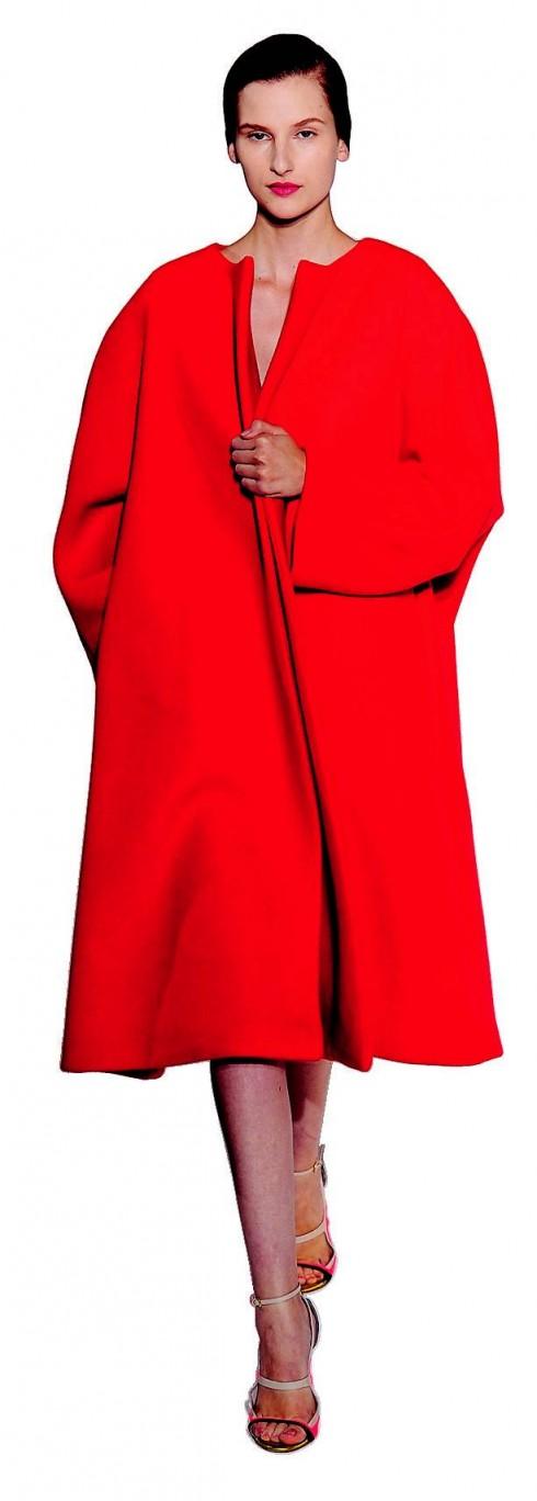 2. Jil Sander<br/>Nếu bạn là fan của những tông màu đơn sắc và kiểu dáng mềm mại, những chiếc áo choàng tối giản của NTK Raf Simons là sự lựa chọn thích hợp. Áo khoác không có cổ lẫn cúc nhưng bạn có thể mang một chiếc thắt lưng cùng màu ra ngoài. Đây cũng là cách tạo dáng đặc trưng của mùa.