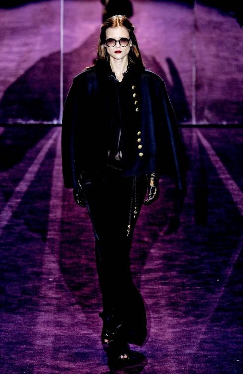 3. Gucci<br/>Áo sĩ quan cách tân và được giản lược mở đầu show diễn của Gucci. Hãy kết hợp chúng với các thiết kế có chất liệu nhung, gấm, lụa trong, satin trong tông màu đen, tím, xanh ngọc để đắm mình trong vẻ đẹp bi quan ủy mị được tiểu thuyết cuối thế kỷ 19 ngợi ca.