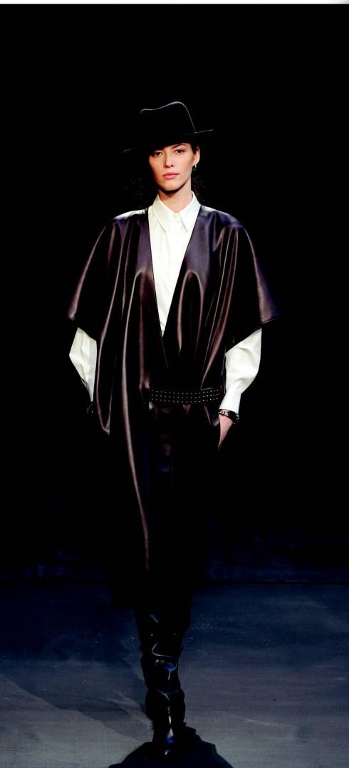 4. Hermès<br/>Da thuộc là chất liệu vô cùng thịnh hành trong các BST mới. Tuy vậy, bạn không nên quá cường điệu với hình mẫu gothic hay