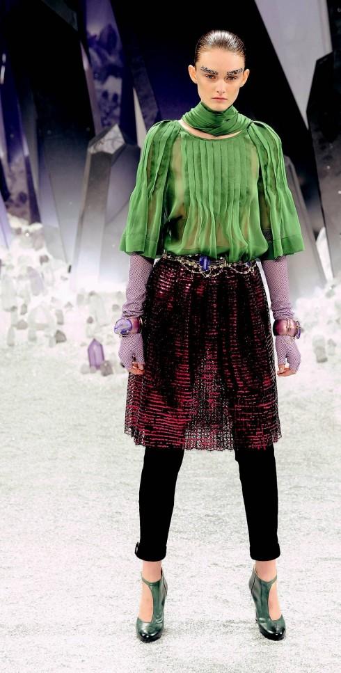 5. Chanel<br/>Quần cho Thu-Đông có nhiều kiểu dáng: từ cắt lửng, cạp cao, ống côn, ống loe hoặc bó mắt cá chân như quần thể thao. Tuy vậy, tiểu xảo mới nhất của các NTK năm nay là quần ống côn mặc dưới các loại váy dài, áo tunika, chân váy.