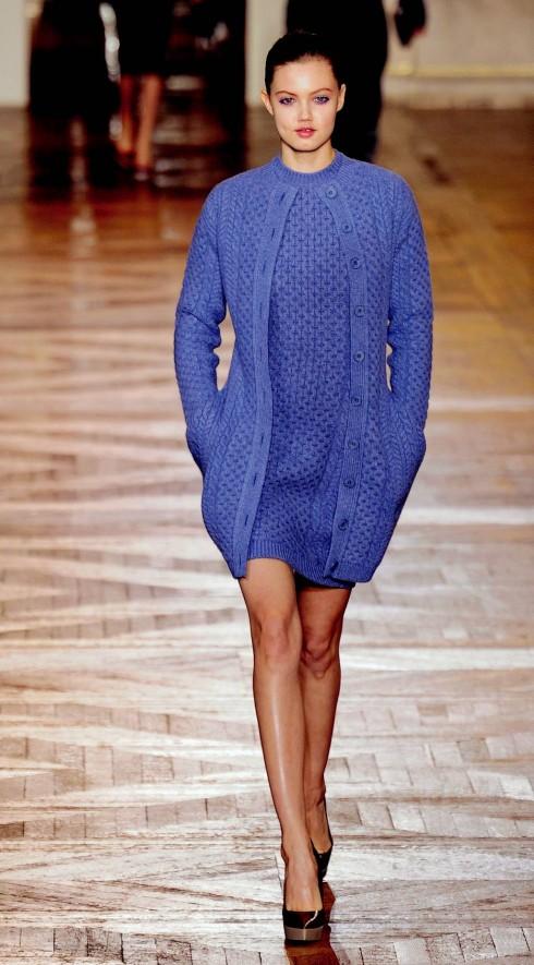 7. Stella McCartney<br/>Áo len ấm và mềm mại là trang phục không thể thiếu mỗi khi tiết trời vào Thu. Hãy để ý đến bộ