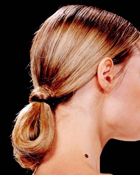 5. Đuôi ngựa cột vòng: Tóc buộc thấp như kiểu đuôi ngựa nguyên thủy, gập ngược phần đuôi lên và cột lại. Một kiểu tóc đơn giản, năng động và đầy sức sống, vừa hiện đại, mới mẻ vừa thanh lịch. Thêm một gợi ý cho những cô gái trẻ thích sáng tạo với mái tóc dài, suôn thẳng của mình.