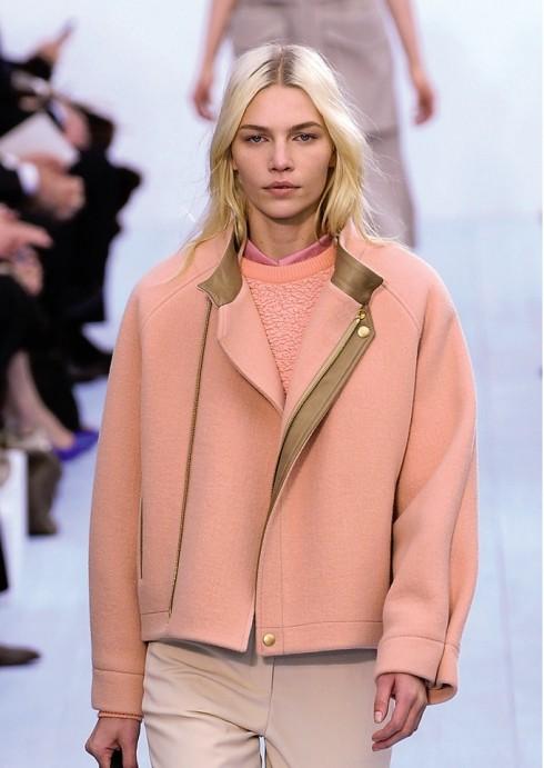 Chloé<br/>BST của Chloé thể hiện phong cách thể thao khỏe khoắn nhưng vẫn sang trọng với chất liệu đắt tiền, điển hình nhất là áo len đan pha lông thú và áo khoác ngắn blouson dáng tối giản được may từ vải dệt len angora và viền da bê.