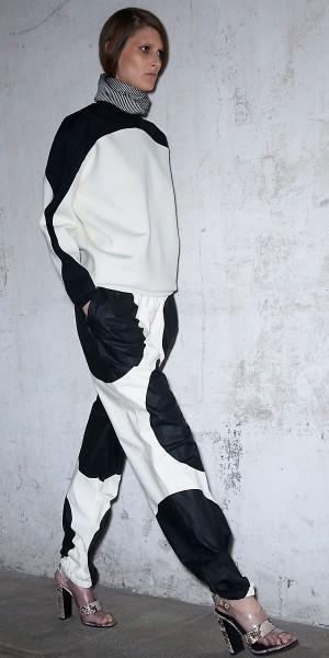 Céline<br/>Không ai tạo vẻ thanh thoát với chấm bi và tông màu đen trắng hình học – những chi tiết không hề mới trong thời trang, một cách hoàn hảo và mới lạ như Phoebe Philo. Đây là thời trang total look khiến khách hàng phải sắm cả bộ đồ của Céline – quần âu da thuộc, áo len pull over với motif chấm bi cỡ lớn mặc cùng giầy họa tiết da rắn.