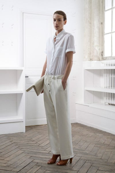 Maison Martin Margiela<br/>Đây là thời trang androgyny mùa hè ở dạng tinh khiết nhất: áo sơ mi trắng cộc tay, quần âu có dải rút dáng thể thao, giày da thuộc màu da bò. Tuy nhiên, với Maison Martin Margiela, những chi tiết nhỏ gắn liền với nghệ thuật cắt may trang phục luôn luôn mang theo những điều thú vị nho nhỏ gây chú ý cho những người sành chơi.  Hãy để ý đến những đường nếp nổi chữ V trên chiếc quần âu, trông như thể li quần đã được tháo, đem là phẳng rồi may lại. Một chi tiết thể hiện phong cách
