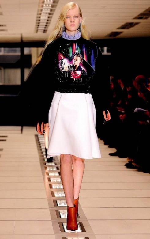 1. BALENCIAGA: Nhạc rock thập niên 1980 trở lại trong BST Egyptofunk của Balenciaga với các motif in mang màu sắc vị lai và mẫu chữ trên bìa album của nhóm Iron Maiden. Motif này được giới trẻ thành thị hipsters ưa chuộng và trông đẹp nhất khi được in trên các loại áo pullover rộng mang phongcách thể thao đường phố.