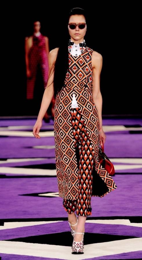 2. PRADA:  Miuccia Prada vẫn tài tình khi biến chi tiết retro không mấy hấp dẫn motif giấy dán tường, thành sự khao khát của các tín đồ thời trang. Bạn có thể thoải mái tạo phong cách với hoa văn này, từ phối đồ đồng bộ gây ấn tượng mạnh, hay đơn giản là kết hợp với các trang phục đơn sắc.