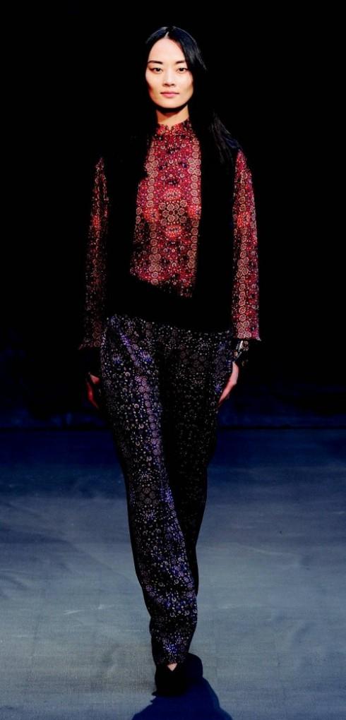 6. HERMES: Christophe Lemaire cắt ghép âu phục với đồ lụa kiểu dáng pyjama mềm mại, kết hợp trang phục có phong cách Á Đông với hoa văn in lấy cảm hứng từ tranh của danh họa Gustav Klimt. Cổ điển, nền nã, kín đáo nhưng vẫn rất hợp thời trang.