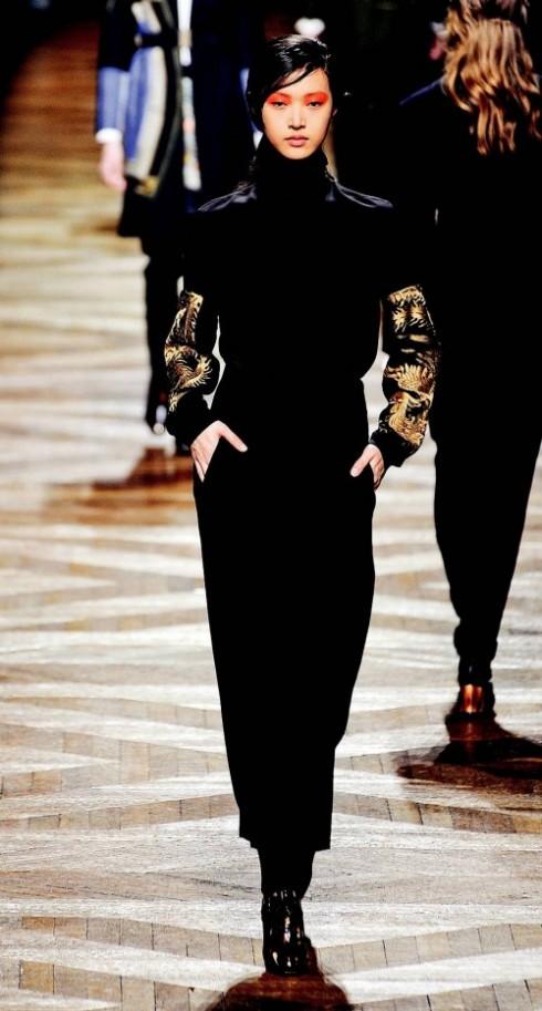 7. DRIES VAN NOTEN ELLE: thích trang phục kín đáo, khiêm tốn nhưng sang trọng của Dries van Noten, với điểm nhấn duy nhất là hình rồng phượng in đối xứng trên tay áo. Motif cung đình đặc trưng cho phong cách Á Đông, một xu hướng chính của Thu-Đông đã được NTK dùng rất khéo cho thiết kế hiện đại.