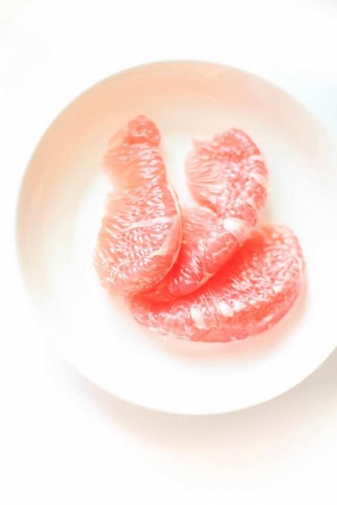 5. Bưởi: <br/>Các ngôi sao đã biết kiểm soát cân nặng bằng cách thêm vào khẩu phần ăn mỗi ngày nửa quả bưởi hoặc 1 ly nước ép bưởi từ những năm 1930. Bưởi chứa rất nhiều nước, vitamin C, carbohydrate, chất xơ và giúp giảm lượng insulin. Tuân thủ chế độ ăn này, trong vòng 12 tuần bạn sẽ giảm 3,5kg. Nếu dạ dày có vấn đề, bạn nên hỏi ý kiến bác sĩ trước khi áp dụng nhé!