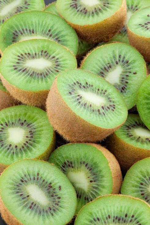 4. Kiwi: <br/> Kiwi có chứa một lượng vitamin C tương đối lớn, nhiều chất xơ nhất trong các loại hoa quả và một lượng kali phong phú. Do đó, nó được xếp hàng đầu danh sách các loại quả trong thực đơn giảm cân của phụ nữ. Enzyme phân giải protein của kiwi cũng rất mạnh, vì vậy dùng kiwi kết hợp với các món ăn có thịt là rất hợp lý. Bên cạnh đó, kiwi mang một chút chua đặc biệt rất có lợi cho cơ thể, giúp tiêu hóa dễ dàng, làm đẹp da. Kiwi là loại quả có thể thưởng thức suốt bốn mùa.