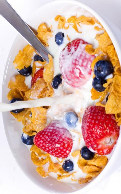 10. Ngũ cốc: <br/>Các chuyên gia dinh dưỡng tin rằng hai bát ngũ cốc mỗi ngày là chìa khóa cho việc giảm cân. Nghiên cứu cho thấy, bột ngũ cốc chứa hàm lượng sắt, kẽm và folic rất cao có khả năng làm giảm lượng chất béo trong cơ thể, bằng chứng là những người tham gia nghiên cứu sử dụng đều đặn ngũ cốc hai lần/ngày và giảm được 1,8kg trong 6 tuần.