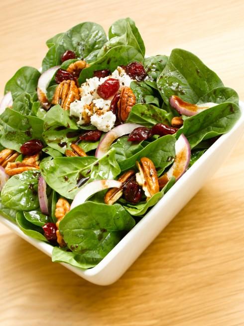 2. Cải bó xôi:<br/>Thêm một loại thực phẩm chống lại cơn đói hiệu quả, bạn có thể ăn thật nhiều rau bó xôi mà không hề sợ nạp nhiều calo vào cơ thể. Thành phần chất xơ cao, nhiều vitamin, chất khoáng và chất chống oxy hóa, bạn nên bổ sung món ăn này vào thực đơn hàng ngày của mình, nếu muốn có một cơ thể thon gọn và làn da đẹp.
