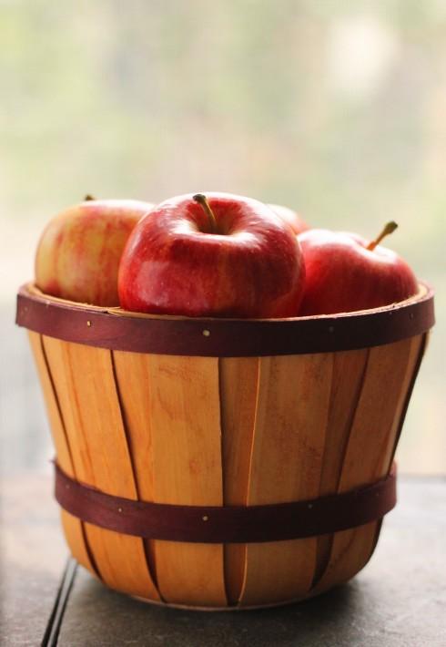 7. Táo:<br/> Bạn có tin rằng mình có thể không cần nhịn đói, không cần uống thuốc, không cần chi quá nhiều tiền cho thẩm mỹ viện mà vẫn có thể giảm từ 3 - 5kg chỉ với táo? Bạn nên tin vì điều đó đã được khoa học chứng minh. Táo là thực vật có nhiệt lượng thấp. Ăn nhiều táo thì nhiệt lượng cơ thể hấp thu sẽ ít hơn rất nhiều so với ăn những loại thực phẩm khác cùng trọng lượng. Điều đó làm trọng lượng cơ thể tự nhiên của bạn giảm đi. Thực đơn giảm cân 3 ngày cùng táo như sau: táo, táo, táo và nước trong khẩu phần 3 bữa của mình, ngoài ra không có bất kỳ một loại thực phẩm nào khác. Cứ ăn táo cho đến khi bạn cảm thấy no. Tốt nhất nên ăn táo đỏ. Sau ba ngày, vị giác của bạn sẽ rất nhạy cảm, bạn nên tập ăn lại các loại thực phẩm như cháo, đậu phụ... để lấy lại cân bằng cho hệ tiêu hóa.