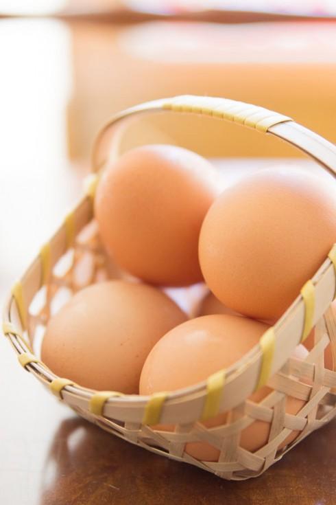 3. Trứng: <br/>Nên lưu ý là bạn chỉ nên ăn một quả trứng luộc trộn với salad vào mỗi sáng. Trứng chứa rất nhiều protein nhưng lại rất ít calo và chất béo. Đừng ăn trứng vào buổi tối, vì lượng protein cao rất khó tiêu, sẽ gây khó chịu khiến bạn khó ngủ. Đặc biệt, không nên ăn trứng rán, vì khi ấy lượng dầu mỡ bạn đưa vào cơ thể là cực kỳ lớn.