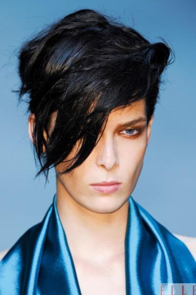 """Có phải là quý ông? Luôn luôn có chỗ dành cho những cô nàng tomboy. Trong show của Haider Ackermann, người mẫu xuất hiện với kiểu tóc và phong cách gần như """"phi giới tính""""."""