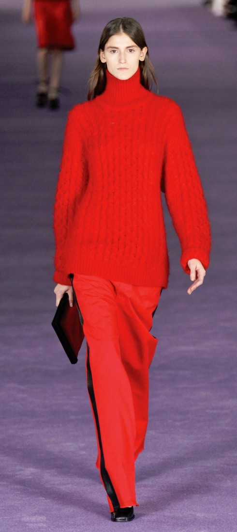Christopher Kane<br/>Áo len đan cổ điển trở nên vô cùng thời trang dưới con mắt của Christopher Kane. Bạn nên chọn các thiết kế có kiểu dáng thoải mái nhưng màu sắc nổi bật. Gợi ý của ChristopherKane? Chọn quần dài viền dọc ống kiểu dáng tuxedo theo quy tắc mới