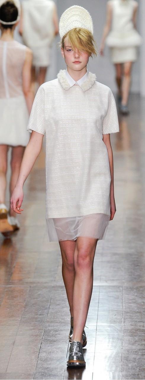 Simone Rocha<br/>Simone Rocha phối hợp các chất liệu nhựa, vải trong suốt,đồ đan len thủ công, thêu móc ren, lông thú, pha trộn kiểu dáng mạnh và thô của đồ nam giới với phong cách thiếu nữ. Rất cool, trẻ trung và đáng yêu!