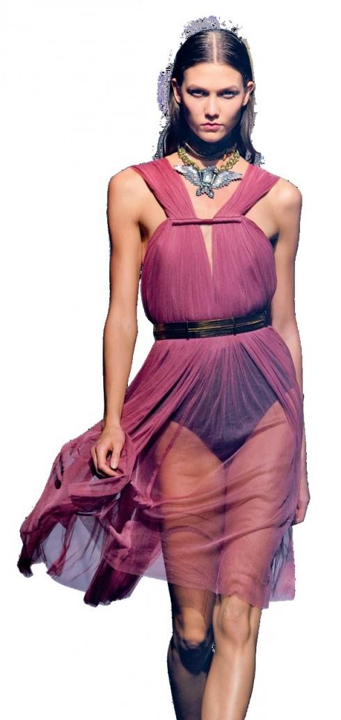 Trong suốt <br/>Chất liệu trong suốt luôn là lựa chọn yêu thích của các nhà thiết kế bởi sự nữ tính và quyến rũ. Mùa Xuân – Hè 2012, những chiếc áo, váy mỏng manh, dài chấm đất hay chỉ đến đầu gối chắc chắn sẽ được nhiều người chọn mua.