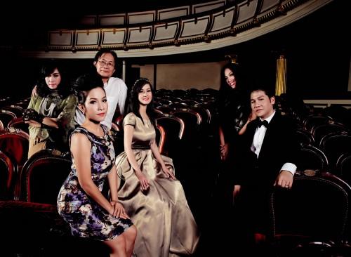 Nhạc sĩ Dương Thụ cùng những người cháu trong gia đình âm nhạc của mình