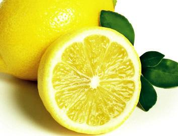 1. Nhóm giàu vitamin C  Vitamin C tăng cường hệ miễn dịch, phòng chống các bệnh cảm cúm thông thường, ngăn quá trình tiết ra cortisol giúp chúng ta kiểm soát stress. Nhu cầu vitamin C khoảng 60mg Vitamin C mỗi ngày là đủ. Tuy nhiên, đối với những người bị stress, làm việc trong môi trường ô nhiễm hay hút thuốc, nhu cầu vitamin C có thể cao hơn gần mười lần con số đó (400 - 500gr).Vitamin C là chất dễ bị phân hủy khi nấu hoặc tiếp xúc với ánh sáng nên chúng ta cần lưu ý khi chế biến, tốt nhất vẫn là ăn rau quả tươi, salad hoặc nước ép trái cây.