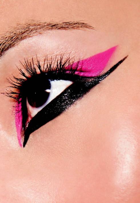 3. Mắt nước: Một đường kẻ mảnh sát mí mắt làm tăng sự quyến rũ và cho bạn một đôi mắt sắc sảo. Những đường mắt nước dày, xếch quá mức chỉ hợp với kiểu trang điểm ấn tượng trên   sàn diễn hoặc những dạ tiệc đặc biệt mà thôi. Ngoài ra còn rất nhiều loại mỹ phẩm hổ trợ cho đôi mắt như chì viền mắt, những loại sáp mắt đặc biệt hoặc những cách   đánh mắt ấn tượng khác để giúp bạn tăng phần quyến rũ.