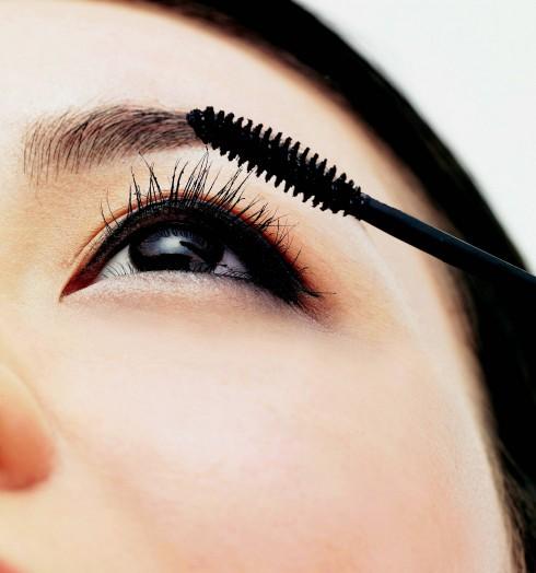 5. Mascara: Điều cần quan tâm khi chuốt mascara, bạn nên lấy một lượng vừa đủ để tránh tình trạng mascara bị vón cục làm giảm bớt vẻ đẹp của đôi mắt. Nếu đã lỡ tay, hãy dùng một cây lược chải mi, chải từ gốc ra ngoài để lấy đi phần     thừa. Đôi khi, bạn không cần phải trang điểm quá nhiều, chỉ cần chải mascara, vẽ lại lông mày và thêm tí son dưỡng là bạn đã có thể tự tin xuống phố.