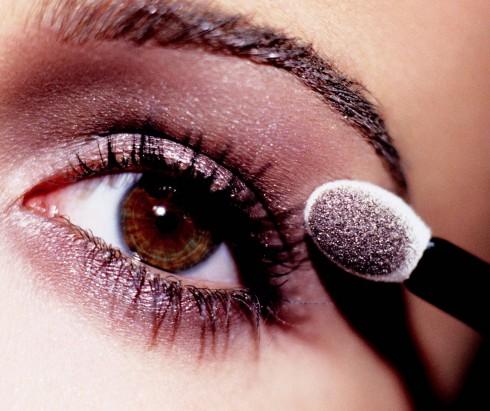 4. Phấn mắt: Nhiệm vụ chính của  phấn mắt là đánh lừa thị giác, giúp tạo khối và đem lại cho đôi mắt của bạn độ sâu cũng như sự sắc sảo bằng cách kết hợp các sắc độ màu từ đậm đến nhạt. Có nhiều cách tán màu mắt, mỗi cách đem lại cái nhìn khác biệt cho vẻ đẹp, vì thế, nên nói rõ mong muốn của bạn về phong cách bạn hướng tới với chuyên gia trang điểm.