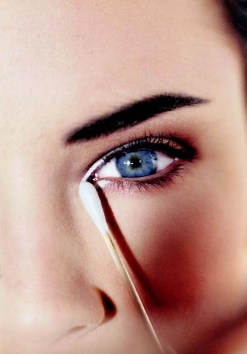 1. Chăm sóc và che khuyết điểm: Để có được ánh mắt cuốn hút, bạn phải ngủ đủ giấc và thường xuyên dùng các loại kem dưỡng cũng như massage chuyên biệt cho vùng da này. Đây là vùng da mỏng nhất trên gương mặt, vì vậy, chỉ cần đôi chút mệt mỏi trong công việc cũng sẽ làm bọng mắt sưng mọng và tạo thành những vùng quầng thâm làm giảm đi vẻ đẹp của đôi mắt. Nếu có quầng thâm, hãy dùng kem che khuyết điểm sáng hơn lớp nền một tông, tán đều tay để che đi. Sau đó chỉ cần phủ một lớp phấn mỏng.