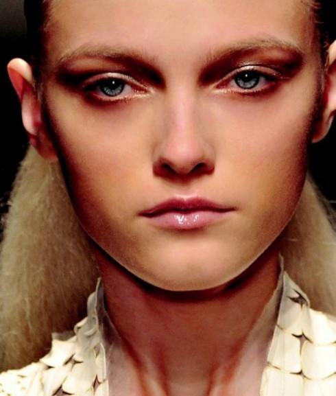 Brown eyes girl - Mắt nâu nữ tính   Tông nâu có ưu điểm làm sáng làn da của bạn. Một đôi mắt nâu sẽ đem lại nét cổ điển và nữ tính cho các bạn gái. Nâu là màu trung tính, dễ kết hợp với cách trang điểm nhẹ nhàng.  Xuất hiện trên các sàn diễn: Phillip Lim, Kenzo, Salvatore Ferragamo, Givenchy.