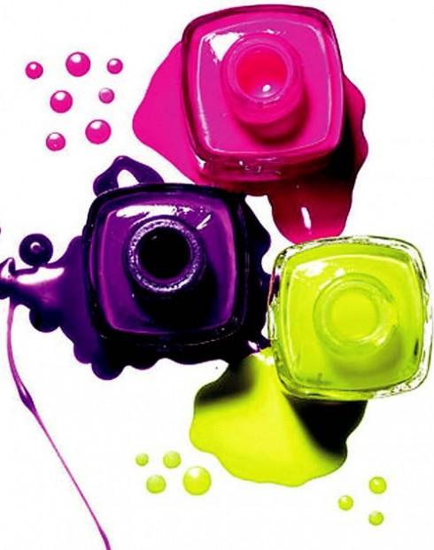 Bí quyết: Bạn hãy sơn một lớp son trắng lên móng trước khi sơn những màu neon để làm nổi bật các sắc màu ấy.