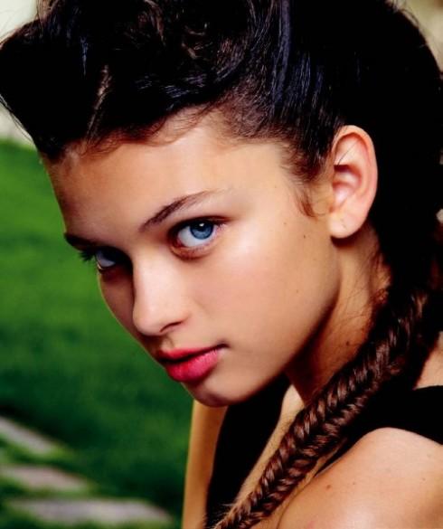 The braided bunch - Tóc bím đuôi sam   Song song với xu hướng tóc gợn sóng, tóc búi thì bím đuôi sam cũng được các nhà tạo mẫu tóc lăng xê trên các sàn diễn trong mùa xuân - hè vừa qua. Một mái tóc được bím khéo léo sẽ cho bạn nét đẹp năng động và tinh nghịch.  Xuất hiện trên các sàn diễn: Missoni, Antonio Marras, Rochas...