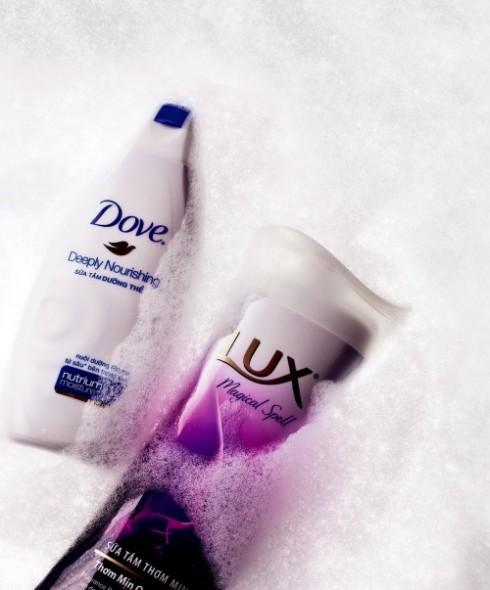 <b>3. Friendly Star</b><br/><b>Deeply Nourishing – Dove: </b> <br/>Sữa tắm Dove có chứa nutrium moisture, hỗn hợp độc đáo gồm hợp chất dưỡng ẩm kết hợp với lipid tự nhiên của da, thẩm thấu hiệu quả để nuôi dưỡng làn da tận sâu bên trong (42.000 VNĐ). <br/><b>Magical Spell – Lux: </b> <br/>Sữa tắm thơm mịn với sự kết hợp của hương phong lan đen và tinh dầu hoa bách xù. Hương thơm được lưu giữ thành những hạt fragrance pearl giúp giữ lại hương thơm thật lâu trên da (37.000 VNĐ).