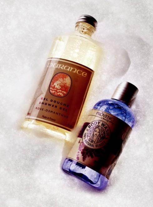 <b>5. Sensual Star </b> <br/><b>Rose Osmanthus Shower Gel – Durance: </b> <br/>Chất liệu gel dịu nhẹ hòa quyện với hương thơm do những người chế tạo nước hoa nổi tiếng vùng Grasse làm nên. Công thức chứa các hoạt chất làm sạch dịu nhẹ và cân bằng da như dầu dừa, chiết xuất dầu hạnh nhân và không có chất bảo quản (429.000 VNĐ). <br/><b>Relax Moisture Body Wash – Prôvence: </b> <br/>Sữa tắm thơm mùi hoa oải hương, loài hoa nổi tiếng đặc trưng của vùng Prôvence (69.000 VNĐ).