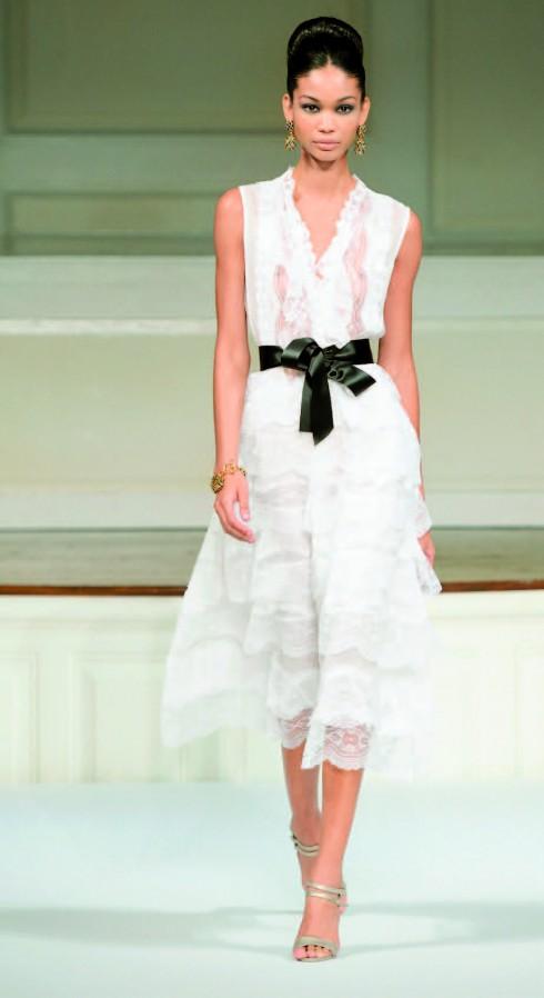 3. Kiêu sa với ren. Qua nhiều thập kỷ, chất liệu ren đã hiện diện trên những chiếc váy cầu kỳ của những nàng công chúa hoàng tộc cho đến chân váy của các cô gái hiện đại thời nay. Ren khiến bạn trông nữ tính và thấp thoáng một chút vẻ kiêu sa.