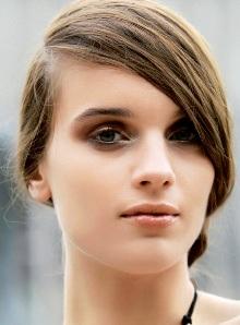 New York: Trên các sàn diễn của New York, kiểu tóc để mái lệch một bên kết hợp với tóc được cột hoặc búi hờ hững, tóc mái để rơi tự nhiên đang trở thành xu hướng được yêu chuộng nhất. Vẻ rối bời có chủ ý này đem đến cho các cô gái nét lãng mạn và nhẹ nhàng trái ngược với sự năng động, thực dụng kiểu Mỹ.