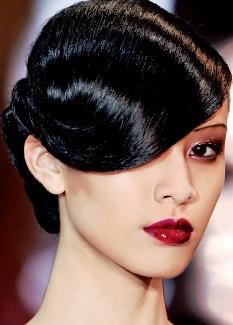 Paris: Nước Pháp lãng mạn đang sốt lên với các kiểu tóc búi. Tóc được búi gọn về phía sau, thêm một ít phụ kiện hoặc cầu kì hơn bằng cách vấn, thắt bím nhưng vẫn giữ được sự tinh tế và đơn giản. Những kiểu búi tóc này giúp phụ nữ khoe được chiếc cổ cao thanh mảnh, làm tôn dáng đẹp và giúp họ trở nên quý phái, tao nhã. Kiểu tóc này rất thích hợp cho các buổi dạ tiệc sang trọng, dễ dàng kết hợp với đầm dạ hội và những trang sức cầu kì.