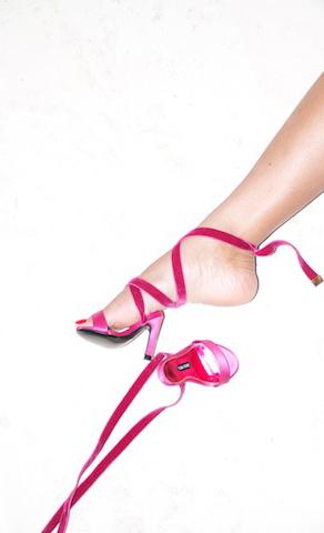 5. Và cũng nói không với giày quá nhỏ. Cũng giống như mặc một bộ đồ chật vậy, giày quá nhỏ so với chân sẽ là địa ngục khi bạn phải đi bộ. Chúng sẽ làm bạn có hình dạng của một người khổng lồ đang phải chập chững bước đi. Về lâu dài, việc đi giày không đúng kích cỡ này còn gây biến dạng đôi bàn chân và mang tới nhiều nguy cơ về sức khỏe khác cho bạn.
