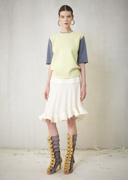 Balenciaga<br/>Chân váy viền diềm màu kem sữa trong BST của Balenciaga mới mẻ và độc đáo. Bí quyết có lẽ nằm ở chất liệu cứng như được hồ phẳng theo công nghệ mới nhất cộng với kỹ thuật tạo dáng rủ của haute couture.  NTK Nicolas Ghesquiere tạo phong cách thiếu nữ thời thượng với áo len pull over, nhưng bạn có thể kết hợp chân váy với áo sơ mi trắng cho một bộ đồ công sở duyên dáng, lịch sự.