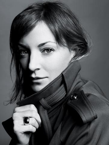 10. Phoebe Philo<br/>Không thể phủ nhận rằng Philo là nhà thiết kế nữ danh tiếng và quyền lực nhất ngày nay, cô đang là nhà thiết kế chính cho Celine và đã từng làm chấn động giới thời trang khi tuyên bố nghỉ hưu sớm cho việc sanh và nuôi dạy con.