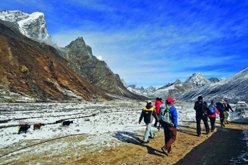 Mang gì khi leo núi Everest