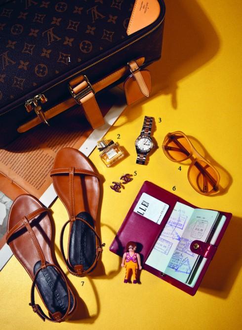 1.Vali LOUIS VUITTON 2.Nước hoa DIOR - Miss Dior Chérie 3.Đồng hồ GC 4.Mắt kính JIMMY CHOO 5.Hoa tai CHANEL 6.Bao sổ tay LOUIS VUITTON 7.Sandals BURBERRY.