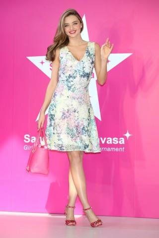 Miranda Kerr ngọt ngào với đầm in hoa