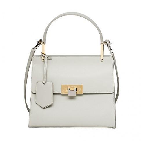 Chiếc túi màu trắng được nhiều người đặt hàng vì dễ dàng kết hợp với trang phục có màu sắc và kiểu dáng khác nhau