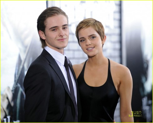 Alex, em trai Emma Watson. Sự nghiệp người mẫu của Alex bắt đầu khi tham gia chụp hình cùng chị gái trong chiến dịch thời trang Xuân – Hè 2010 của Burberry.
