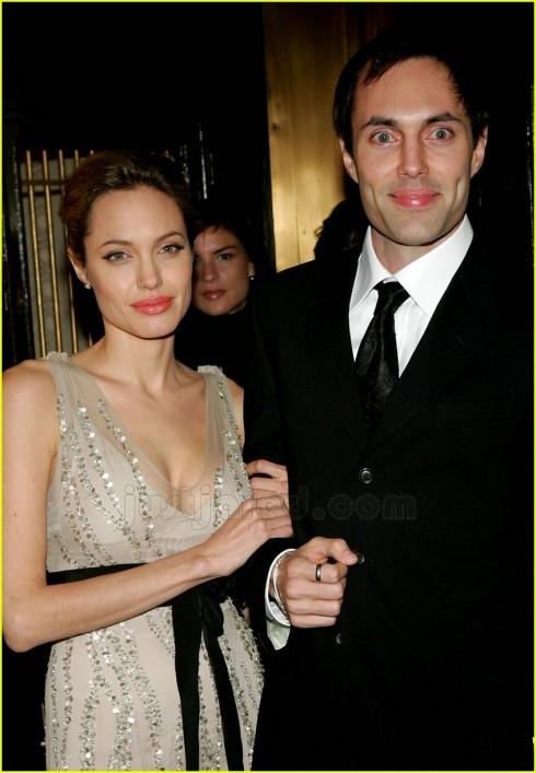 James, anh trai Angelina Jolie. 39 tuổi. Là diễn viên và nhà sản xuất tại Hollywood.