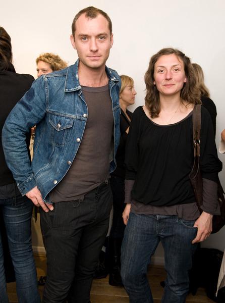 Natasha, chị gái Jude Law. Họa sĩ khá có tiếng ở London.