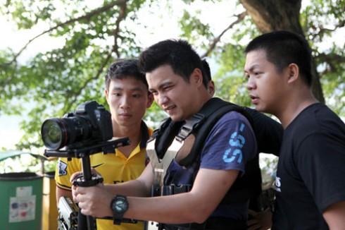 """Xuân Tiến xem lại những cảnh quay cho MV """"Tôi là ngôi sao"""" vào ngày 13/08 vừa qua."""