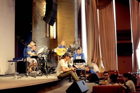 Mỹ Tâm miệt mài luyện tập cùng ban nhạc.
